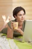mujer del Mediados de-adulto que come café de la mañana Fotos de archivo libres de regalías