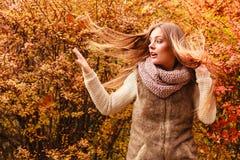 Mujer del misterio contra las hojas otoñales al aire libre fotografía de archivo