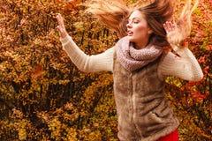 Mujer del misterio contra las hojas otoñales al aire libre fotografía de archivo libre de regalías