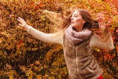 Mujer del misterio contra las hojas otoñales al aire libre imagen de archivo libre de regalías