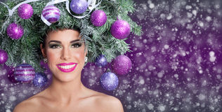 Mujer del modelo de moda de la Navidad El peinado del Año Nuevo de Navidad y hace Fotos de archivo libres de regalías