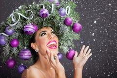 Mujer del modelo de moda de la Navidad El peinado del Año Nuevo de Navidad y hace Imagenes de archivo