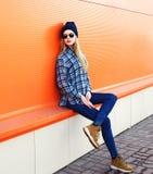 Mujer del modelo de moda en ciudad sobre naranja Imagen de archivo