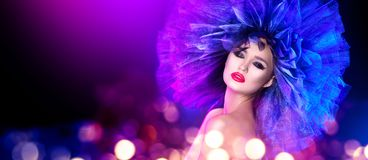 Mujer del modelo de moda en la presentación brillante colorida de las luces Retrato de la muchacha atractiva hermosa con maquilla fotos de archivo libres de regalías