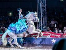 Mujer del montar a caballo en el circo Imágenes de archivo libres de regalías