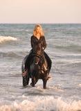 Mujer del montar a caballo en el mar Fotos de archivo libres de regalías