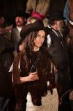Mujer del nativo americano con el arma Imágenes de archivo libres de regalías