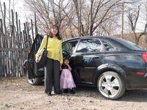 Mujer del nativo americano con su hija Imagen de archivo libre de regalías