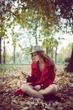 Mujer del otoño de Smartphone Fotos de archivo