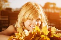 Mujer del otoño Muchacha de moda joven de la belleza en parque del otoño Imágenes de archivo libres de regalías
