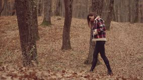 Mujer del otoño y humor otoñal Mujer del oto?o que se divierte en el parque Retrato de la alta moda de la mujer elegante joven metrajes