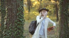 Mujer del oto?o Tiempo del otoño para la moda, tendencia otoñal de la voga Ropa y tendencias del color Muchachas del otoño de la  almacen de video