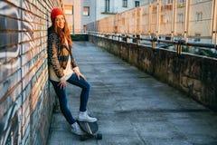 Mujer del patinador en la puesta del sol que goza del sol Fotos de archivo libres de regalías