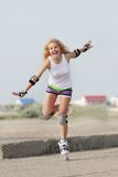 Mujer del patinaje del Rollerblade/de rodillo Imagenes de archivo