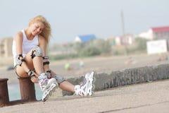 Mujer del patinaje del Rollerblade/de rodillo Imágenes de archivo libres de regalías