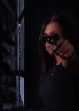 Mujer del peligro con el arma Foto de archivo libre de regalías