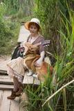 Mujer del pelirrojo con el perro de la guitarra y del corgi en campo Fotos de archivo libres de regalías