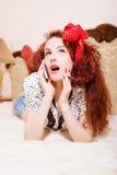 Mujer del pelirrojo de Sexi con el pelo largo que habla en el teléfono Fotografía de archivo