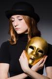 Mujer del pelirrojo en máscara del iwith del sombrero en concepto de la hipocresía Fotos de archivo