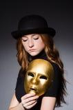 Mujer del pelirrojo en máscara del iwith del sombrero en concepto de la hipocresía Fotografía de archivo