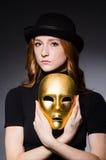 Mujer del pelirrojo en máscara del iwith del sombrero en concepto de la hipocresía Foto de archivo libre de regalías