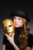 Mujer del pelirrojo en máscara del iwith del sombrero en concepto de la hipocresía Imagen de archivo libre de regalías