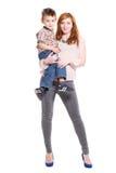 Mujer del pelirrojo que presenta con un niño pequeño Fotos de archivo libres de regalías