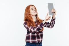 Mujer del pelirrojo que usa la tableta Imagenes de archivo
