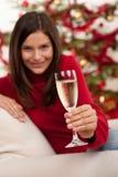 Mujer del pelo de Brown con champán en la Navidad Foto de archivo libre de regalías