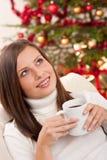 Mujer del pelo de Brown que se relaja con café en la Navidad Imagenes de archivo