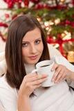 Mujer del pelo de Brown que se relaja con café en la Navidad Imagen de archivo libre de regalías