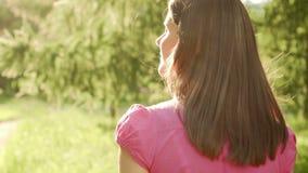 Mujer del Pov de la cámara lenta que camina en el parque, vacaciones de verano relajantes, sonrisa de la cara Cámara que sigue de almacen de metraje de vídeo