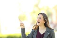 Mujer del presentador que señala en el lado Imagen de archivo libre de regalías