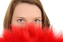 Mujer del primer con el ventilador rojo de la pluma Fotografía de archivo libre de regalías