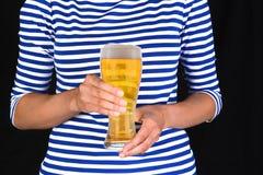 Mujer del primer con el vidrio frío de cerveza Imágenes de archivo libres de regalías