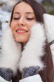Mujer del primer que recorre en parque del invierno Imagen de archivo libre de regalías
