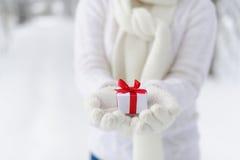 Mujer del primer que sostiene un regalo Fotografía de archivo