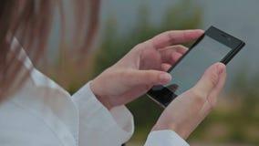 Mujer del primer que usa el Smart-teléfono almacen de video