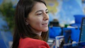 Mujer del primer vestida en vueltas del rojo del ordenador al cliente metrajes
