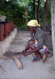 Mujer del pueblo que taja la madera Fotografía de archivo libre de regalías