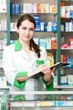 Mujer del químico de la farmacia en droguería Fotografía de archivo