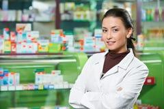Mujer del químico de la farmacia en droguería