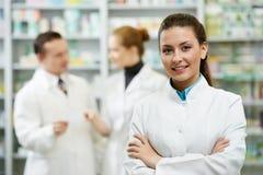 Mujer del químico de la farmacia en droguería Foto de archivo