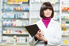 Mujer del químico de la farmacia en droguería imagen de archivo