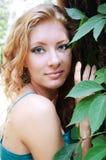 Mujer del Red-head en bosque Fotos de archivo libres de regalías
