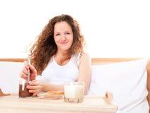 Mujer del Redhead que come leche del desayuno Fotos de archivo