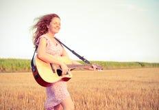 Mujer del Redhead que toca la guitarra Imagen de archivo libre de regalías