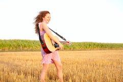 Mujer del Redhead que toca la guitarra Fotografía de archivo libre de regalías