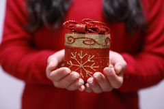 Mujer del regalo de la Navidad fotografía de archivo libre de regalías