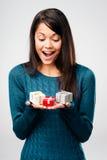 Mujer del regalo del día de tarjetas del día de San Valentín Foto de archivo libre de regalías